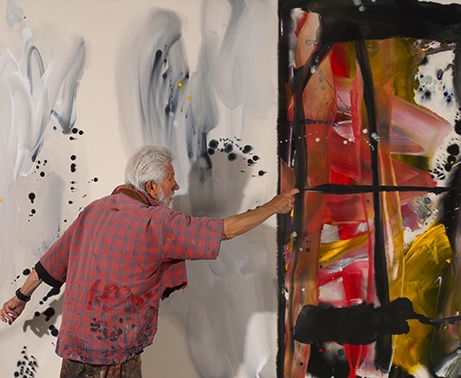 Ed Moses painting in his studio (photo: Alan Shaffer Photography, courtesy of Ar