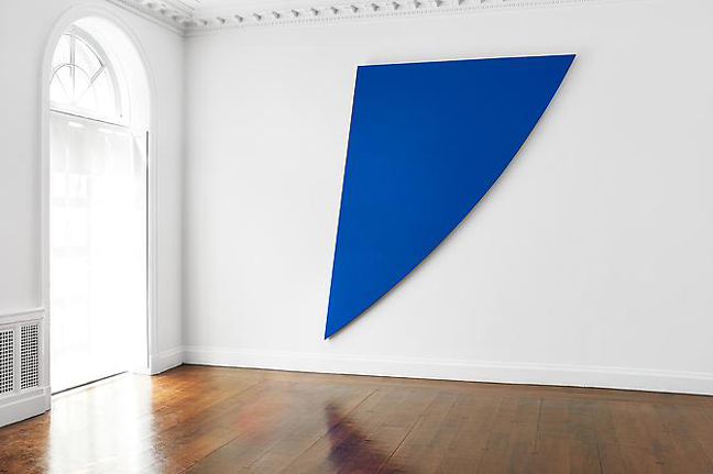 Ellsworth Kelly, Blue Curve, 1996 (courtesy of Mnunchin Galllery, photo Tom Powe