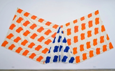 Claude Viallat, 1970/056, 1970, acrylic on fabric, 85 x 234 inches (courtesy of