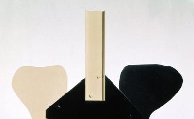 David Smith, Gondola II, 1964, painted steel, 110-1/4 x 113 x 18 inches (© Estat