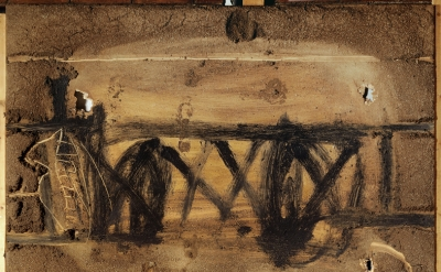 Antoni Tàpies, Gran materia amb petjades, 1992, mixed media on wood, 118 x 78 3/